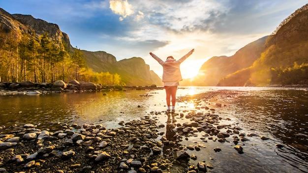 Mulher, enfrentando, para, amanhecer, em, rio, ao redor, com, montanha Foto Premium
