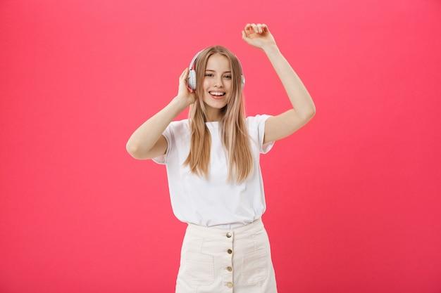 Mulher engraçada com fones de ouvido dançando cantando e ouvindo a música Foto Premium