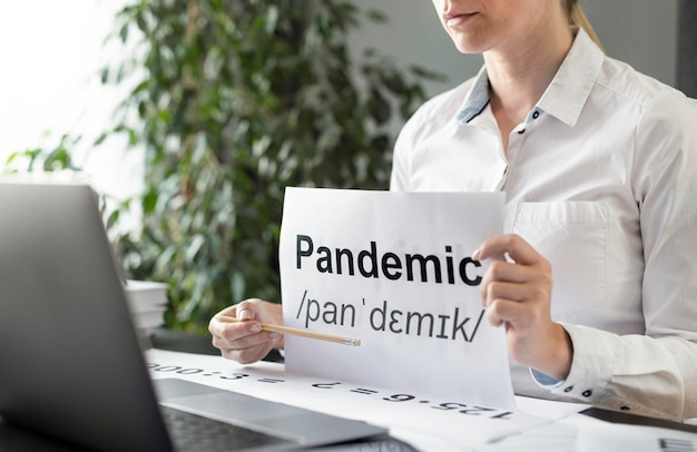 Mulher ensinando a seus alunos a definição de pandemia Foto gratuita