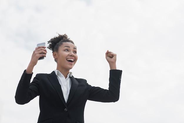 Mulher entusiasta no tiro médio Foto gratuita