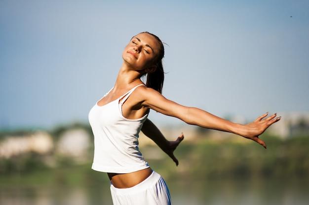 Mulher envolvida em fitness Foto Premium