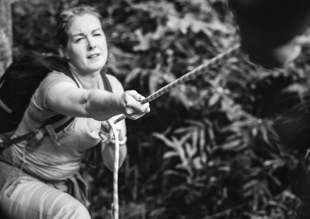 Mulher, escalando, corda Foto gratuita