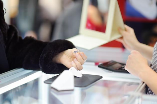 Mulher, escolher, a, perfeitos, brincos, em, um, joalheiro Foto Premium