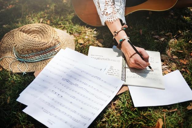 Mulher escrevendo algumas letras Foto gratuita