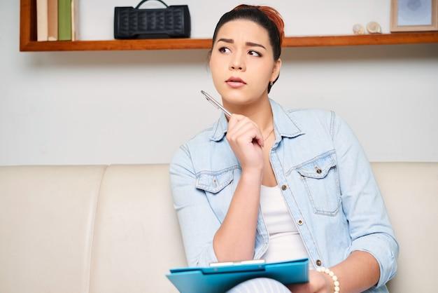 Mulher escrevendo um ensaio Foto gratuita