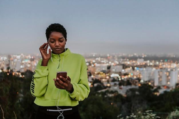 Mulher, escutar música, de, um, telefone Foto Premium