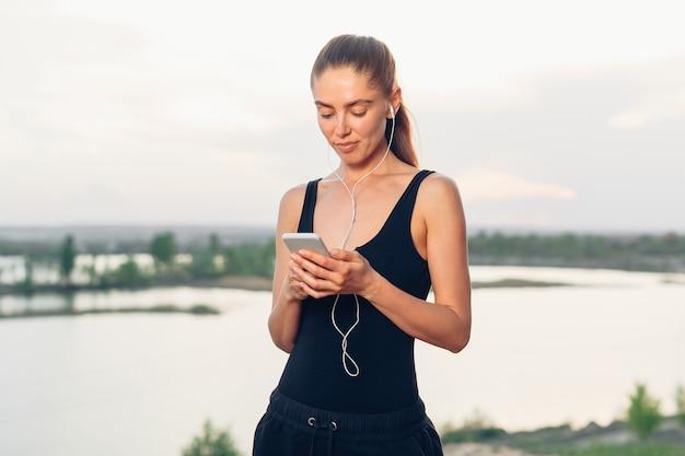 Mulher, escutar, smartphone, música, telefone, app, com, em-orelha, engrenagem Foto Premium
