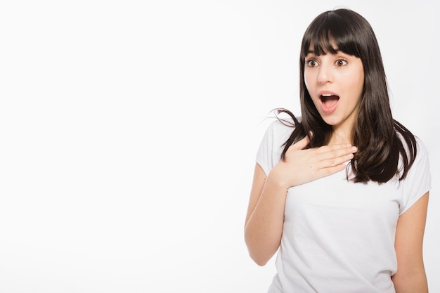 Mulher espantada, olhando à esquerda Foto gratuita