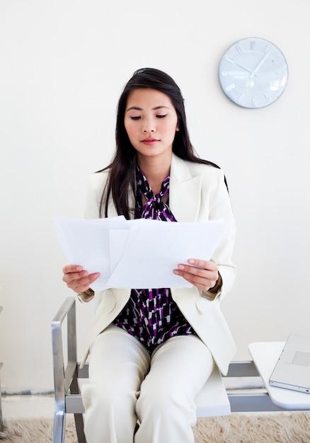 Mulher esperando de uma entrevista Foto Premium