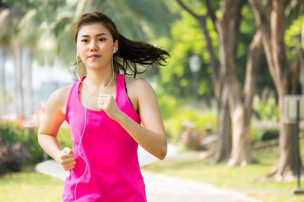 Mulher esporte asiático correndo Foto Premium