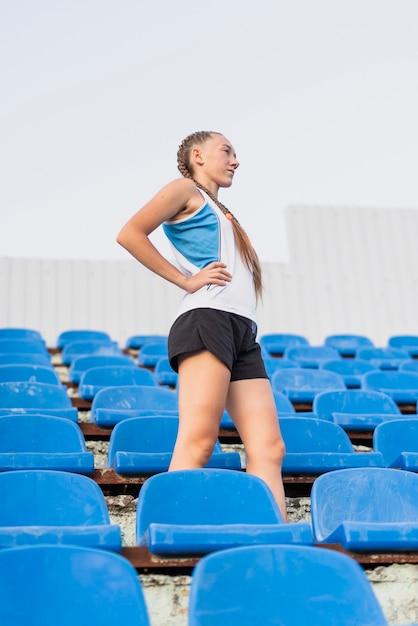 Mulher esportiva de baixo ângulo no estádio Foto gratuita