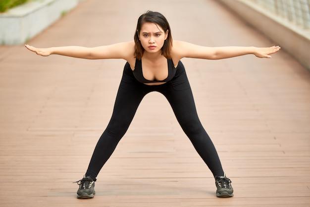 Mulher esportiva malhando à beira-mar Foto gratuita