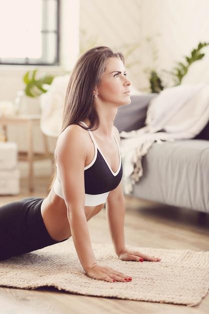 Mulher esportiva malhando em casa Foto gratuita