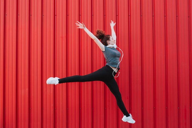 Mulher esportiva voando em salto Foto gratuita