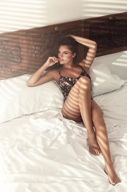 Mulher está deitada na cama de manhã Foto Premium