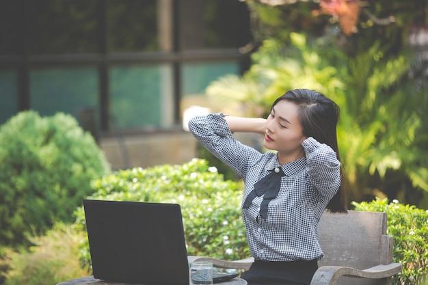 Mulher está sofrendo de fadiga do trabalho. Foto gratuita