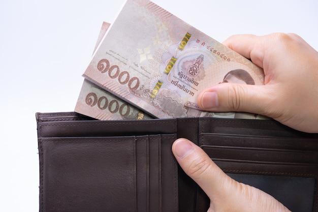 Mulher está tirando notas da carteira de couro Foto Premium