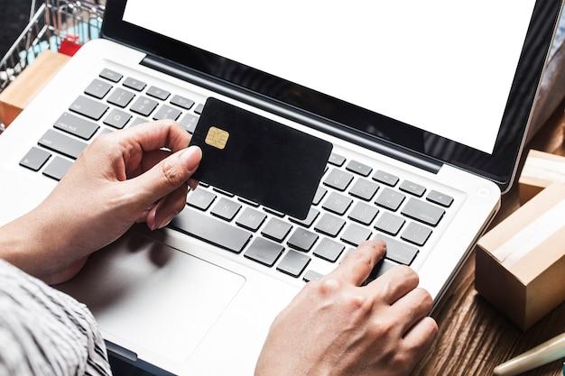 Mulher está usando um computador para fazer compras online Foto gratuita