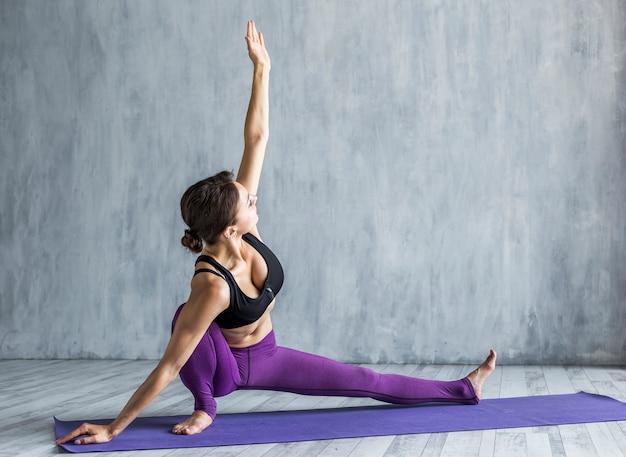 Mulher, estendendo, dela, braço, em, um, metade, divisão, pose Foto gratuita