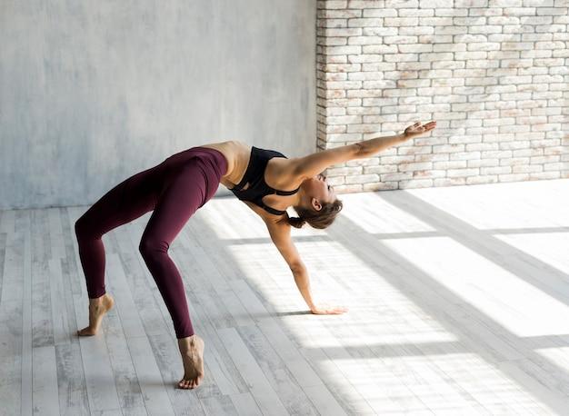 Mulher, estender, dela, braço, em, um, ponte, pose Foto gratuita