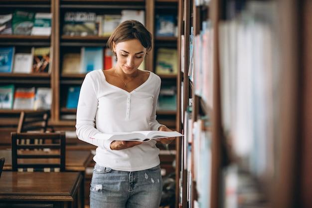 Mulher estudante estudando na biblioteca Foto gratuita