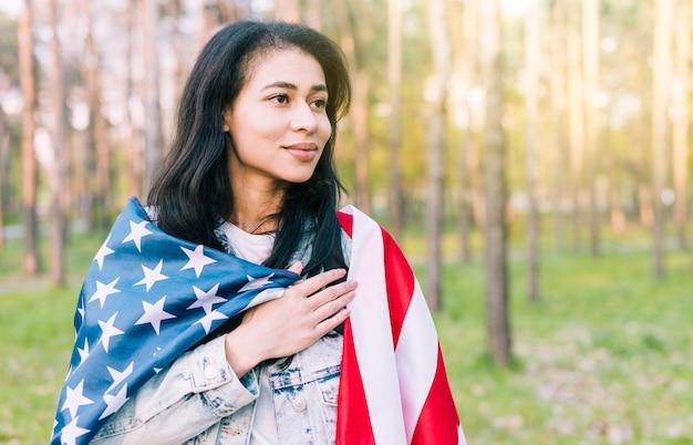 Mulher étnica com bandeira dos eua Foto gratuita