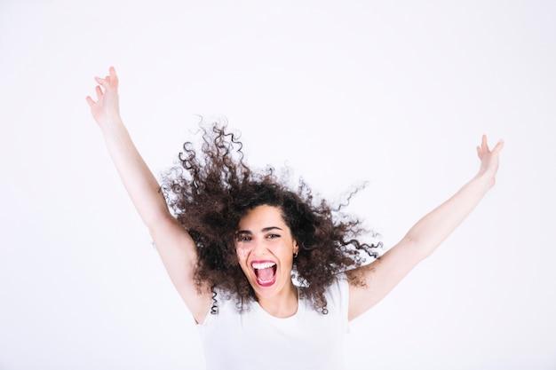 Mulher excitada com cabelos encaracolados Foto gratuita
