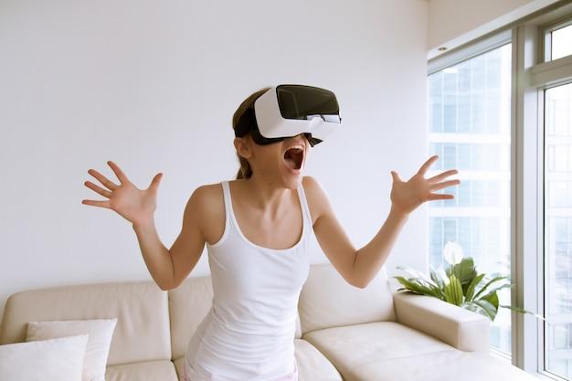 Mulher excitada usando óculos de realidade virtual pela primeira vez Foto gratuita