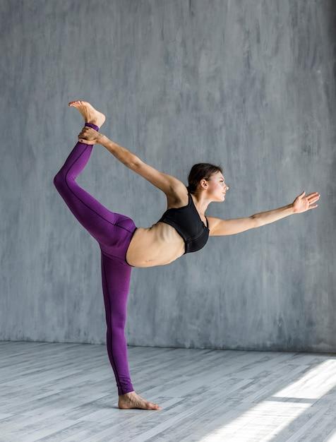 Mulher, executando, um, senhor, de, a, dança, pose Foto gratuita
