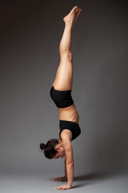 Mulher, executar, handstand, exercício Foto Premium