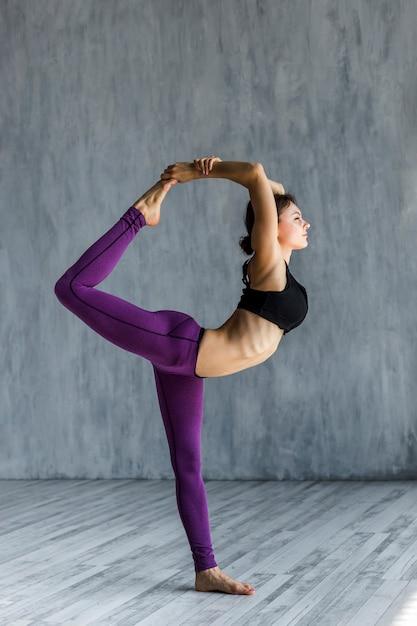 Mulher, executar, senhor, dança, ioga, pose Foto gratuita