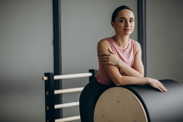 Mulher exercitando pilates no reformador Foto gratuita
