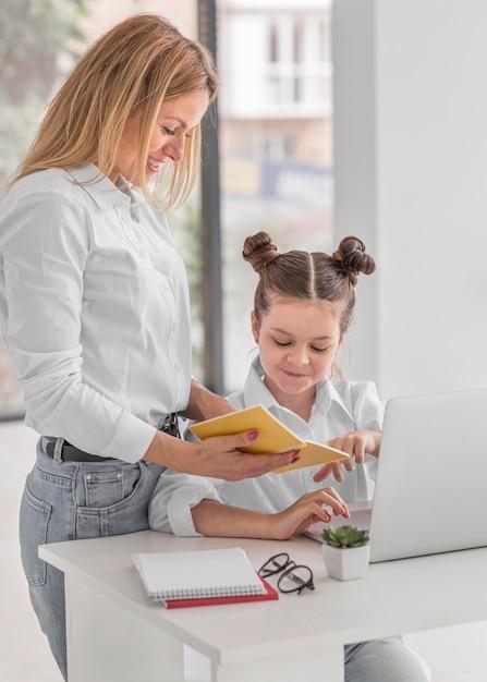 Mulher explicando algo para sua filha Foto gratuita