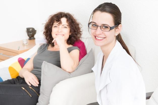 Mulher falando com o terapeuta no sofá Foto Premium
