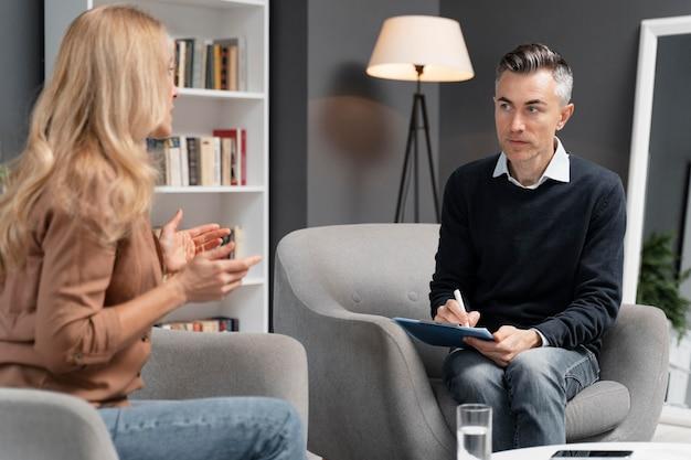 Mulher falando com um terapeuta Foto gratuita