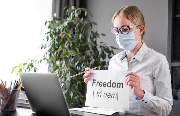 Mulher falando sobre liberdade com seus alunos Foto gratuita