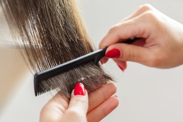 Mulher faz um corte de cabelo Foto Premium