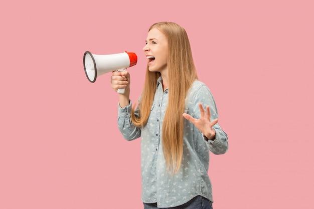 Mulher fazendo anúncio com megafone Foto gratuita