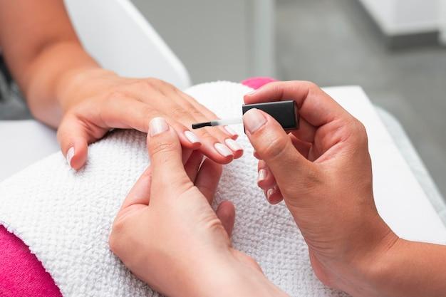 Mulher fazendo as unhas de uma cliente Foto gratuita