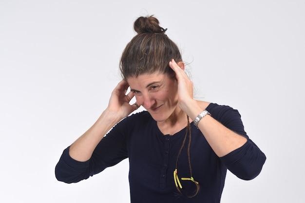 Mulher fazendo barulho machucando suas orelhas Foto Premium