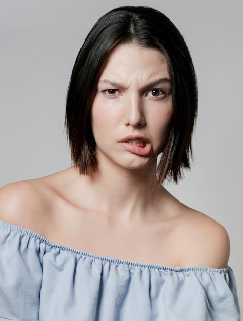 Mulher fazendo cara de boba enquanto posava Foto gratuita