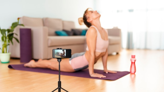 Mulher fazendo esporte em casa Foto gratuita