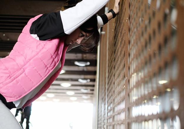 Mulher fazendo esportes ao ar livre Foto gratuita