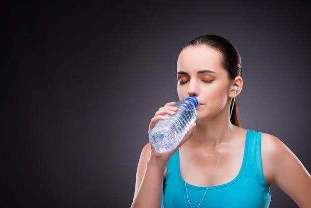 Mulher, fazendo, esportes, garrafa, fresco, água Foto Premium