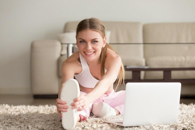 Mulher, fazendo, esticar, condicão física, exercícios, casa Foto gratuita