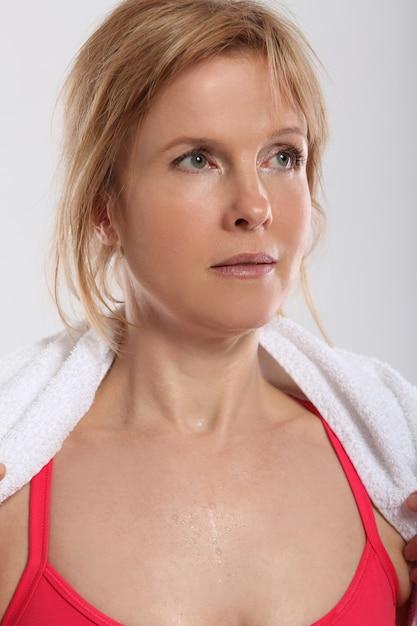 Mulher fazendo exercício com halteres vista de trás Foto gratuita