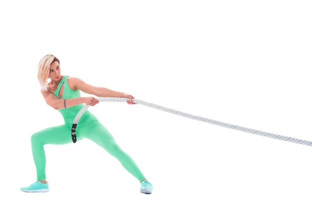 Mulher fazendo exercícios com corda de batalha em branco Foto Premium