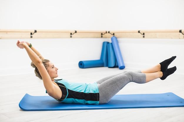 Mulher fazendo exercícios de alongamento Foto gratuita