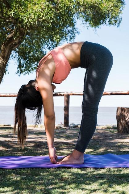 Mulher, fazendo, ioga, praia Foto gratuita