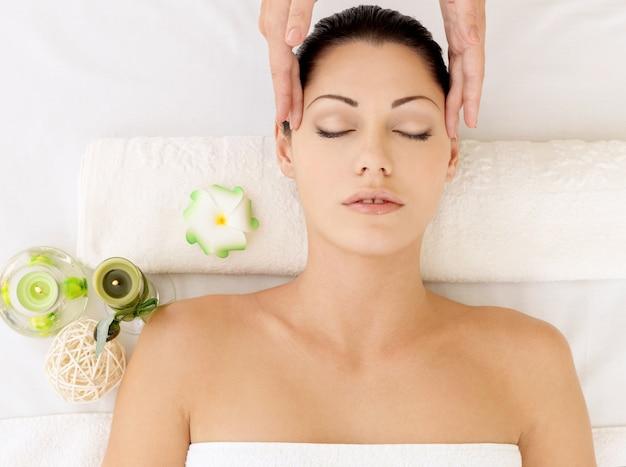 Mulher fazendo massagem de rosto no salão spa. conceito de tratamento de beleza. Foto gratuita